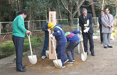 No.102 震災地域の学校教育環境向上のための緑化事業等 (石岡市立吉生小学校)