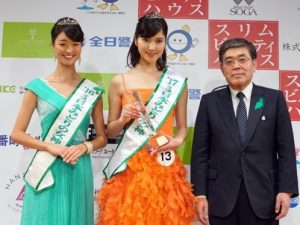 左:飯塚帆南さん、中央:野中葵さん、右:今井敏長官